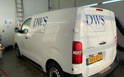De bus van DWS heeft nieuwe stickers